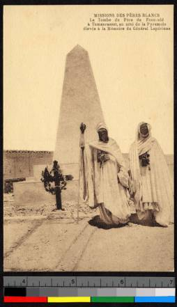 Men_before_Charles_de_Foucaulds_tomb_Algeria_ca19201940